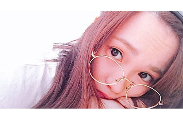 +1点でおしゃれ感UP! 川栄李奈のメガネコーデが可愛い♪